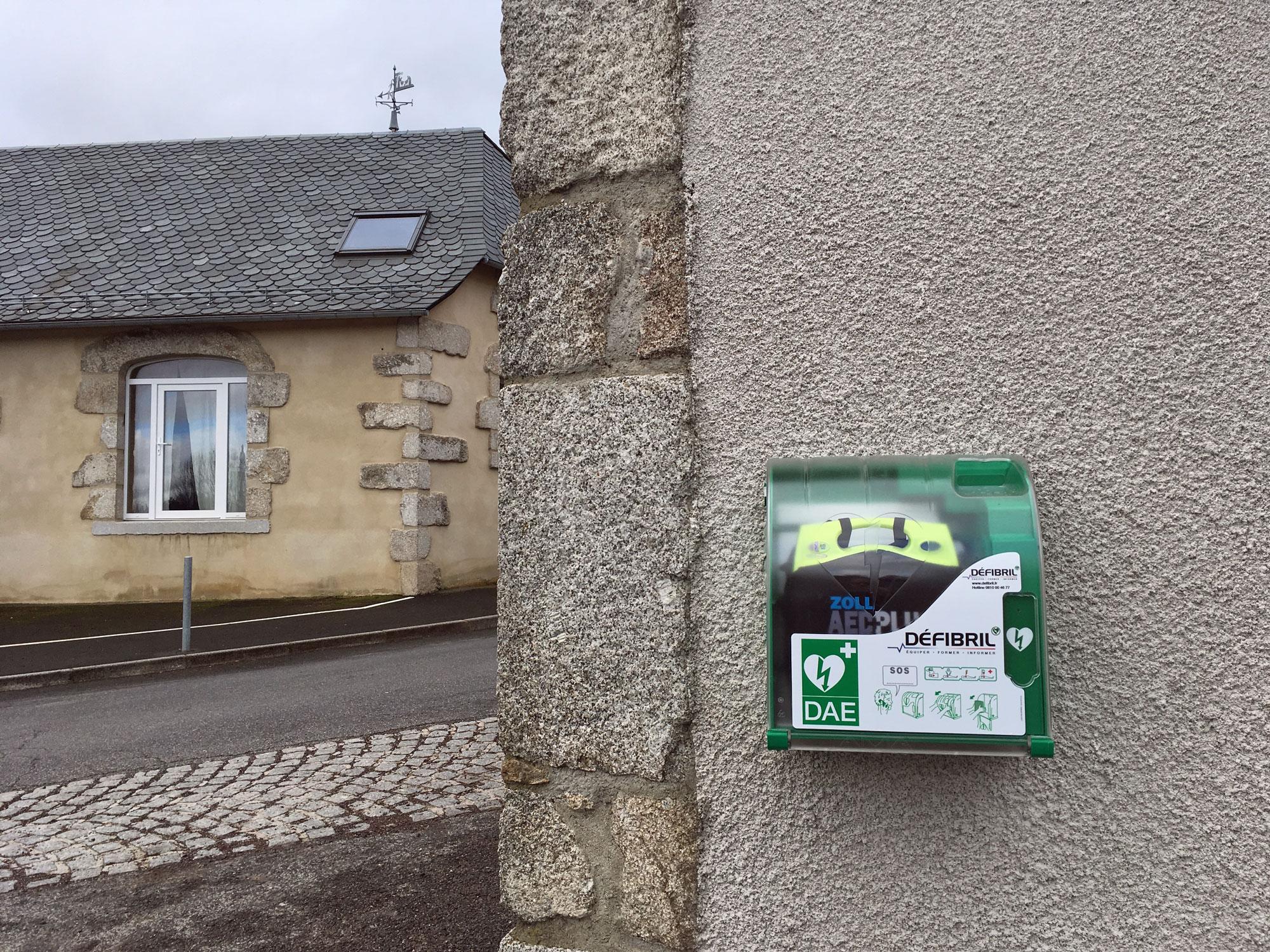 Un défibrillateur automatisé externe (DAE) vient d'être installé au Fau de Peyre sur la façade du restaurant del Faou, côté route de Salèles.